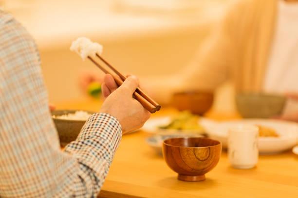 先輩夫婦が夕食を食べて - 家庭料理 ストックフォトと画像