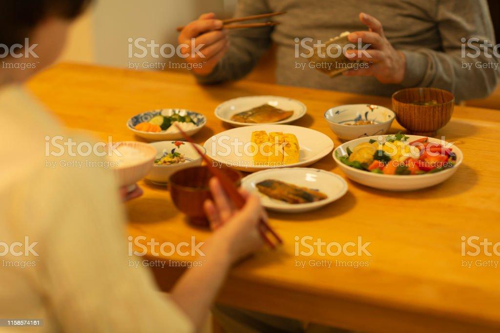 Senior paar eten diner - Royalty-free 60-69 jaar Stockfoto