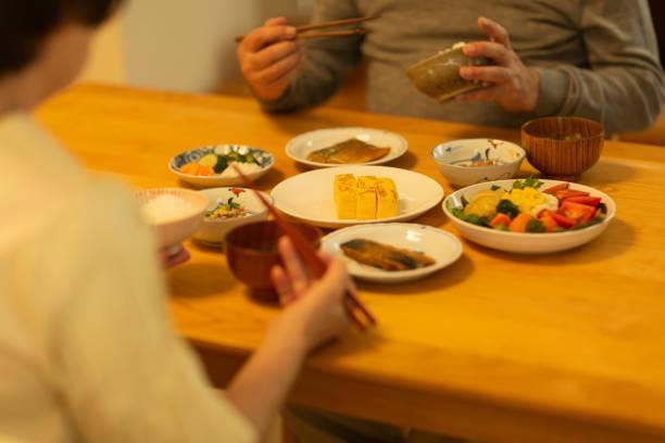 夕食を食べるシニアカップル - 和食 ストックフォトと画像