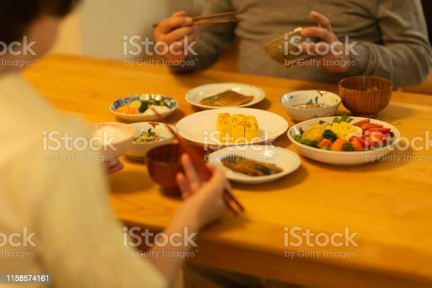 Senior Paar Eten Diner Stockfoto en meer beelden van 60-69 jaar