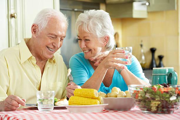 """La retraite chez les personnes âgées n'est pas toujours """"dorée"""" ! Senior-couple-eating-meal-together-in-kitchen-picture-id174077344?k=6&m=174077344&s=612x612&w=0&h=4rmCpNEJw1SXc5H8oEzNdU-ofqZhYuXPAtdQCJKh8ms="""