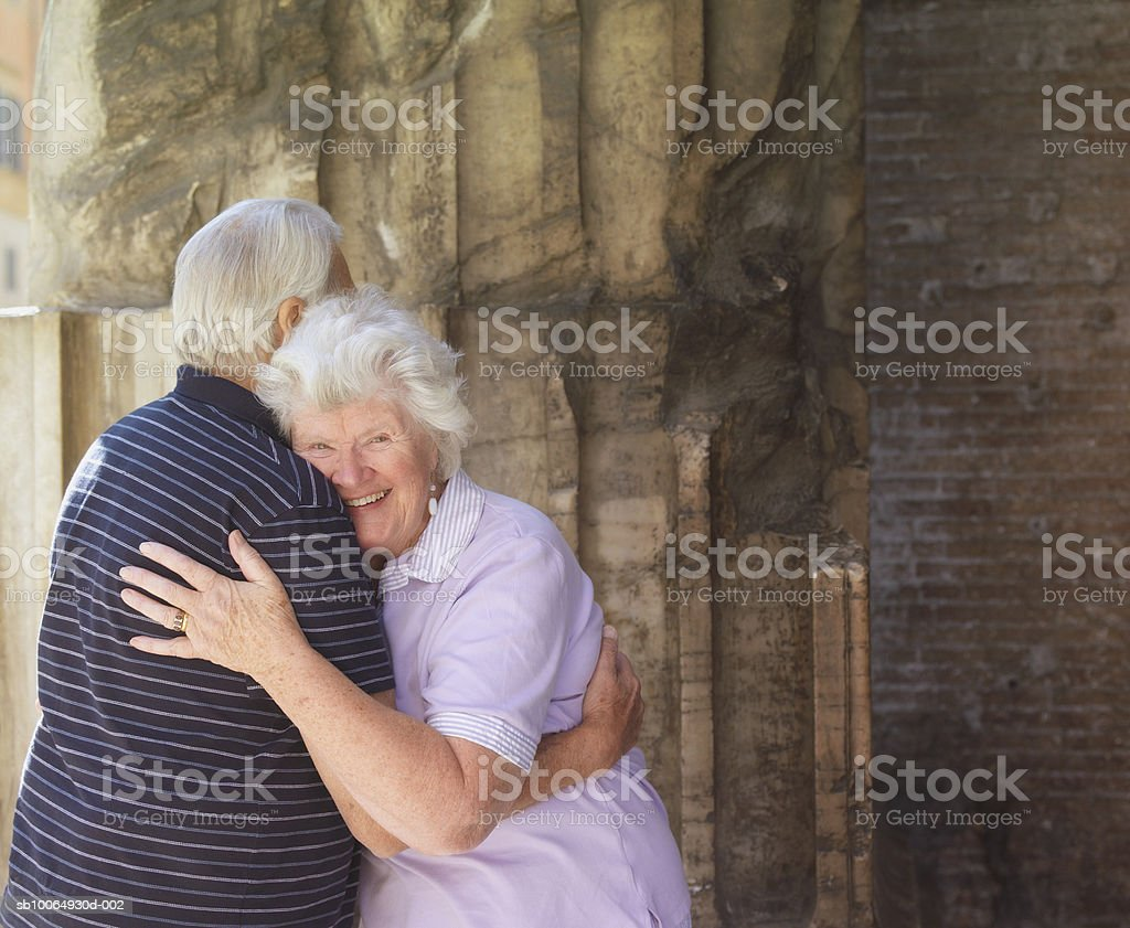 Senior couple embracing, smiling foto de stock libre de derechos