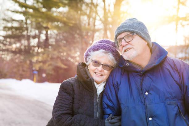 Älteres Paar genießen Sie einen Blick auf die Natur Winterspaziergang – Foto