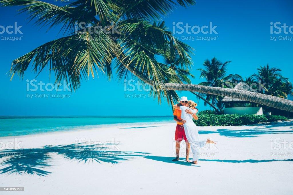 Älteres Paar genießen Ferien im Canareef Resort Malediven Herathera Island, Addu atoll – Foto