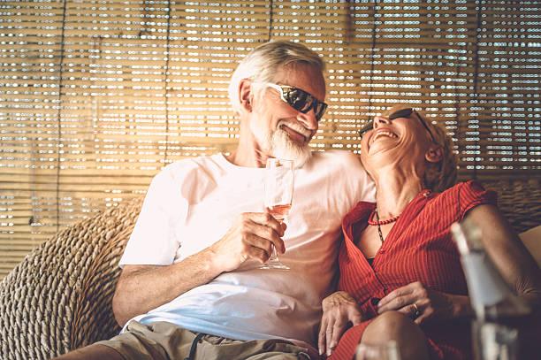 Altes Paar genießen Sommerurlaub mit Champagner – Foto