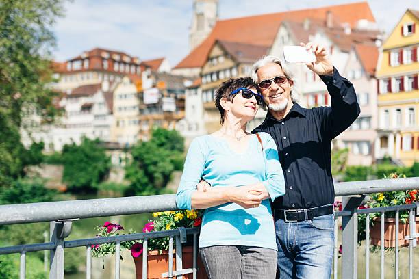 seniorenpaar genießen sie ihre reise in tübingen, deutschland - sommerferien baden württemberg stock-fotos und bilder