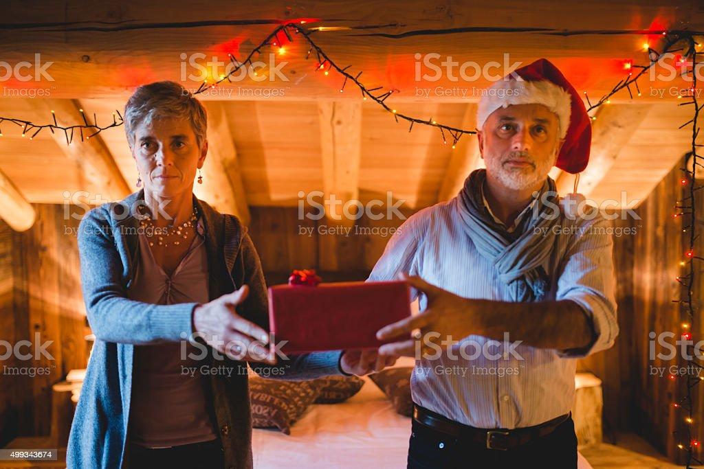Altes Paar Austausch Weihnachtsgeschenk - Stockfoto | iStock
