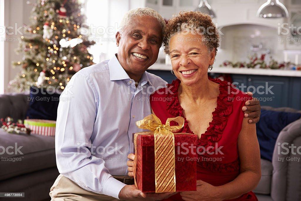 Regali Di Natale Per Coppia.Senior Coppia Che Lo Scambio Di Regali Di Natale A Casa Fotografie