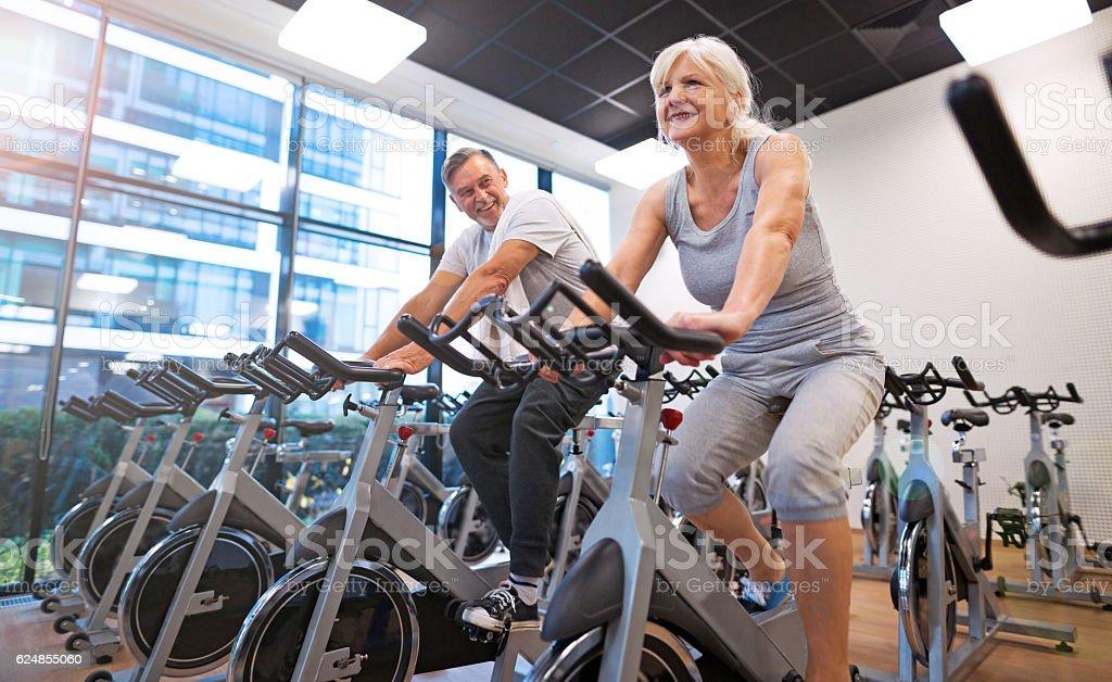 Coppia Senior esercizio fisico nella palestra - foto stock