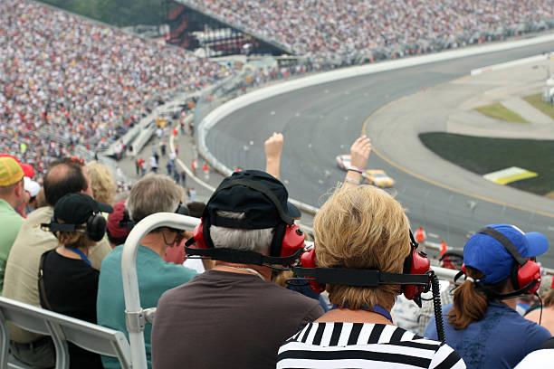pareja senior los aficionados a las carreras - irl indycar series fotografías e imágenes de stock