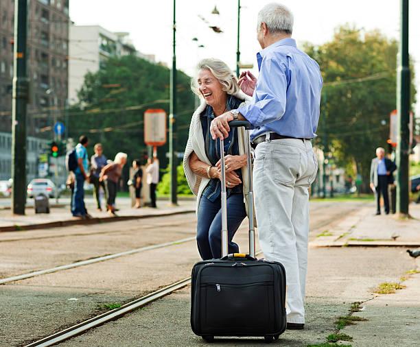 couple senior première sur les vols européens vacances - valise humour photos et images de collection