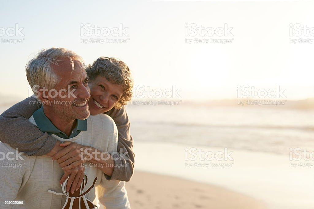 Senior Coppia che si diverte in spiaggia foto stock royalty-free