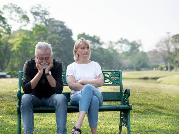 Senior pareja con problema, conflicto, tristeza, no entiendo en un parque. - foto de stock