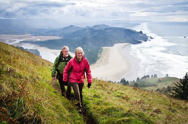 Altes Paar Wandern oberhalb des coast – Foto