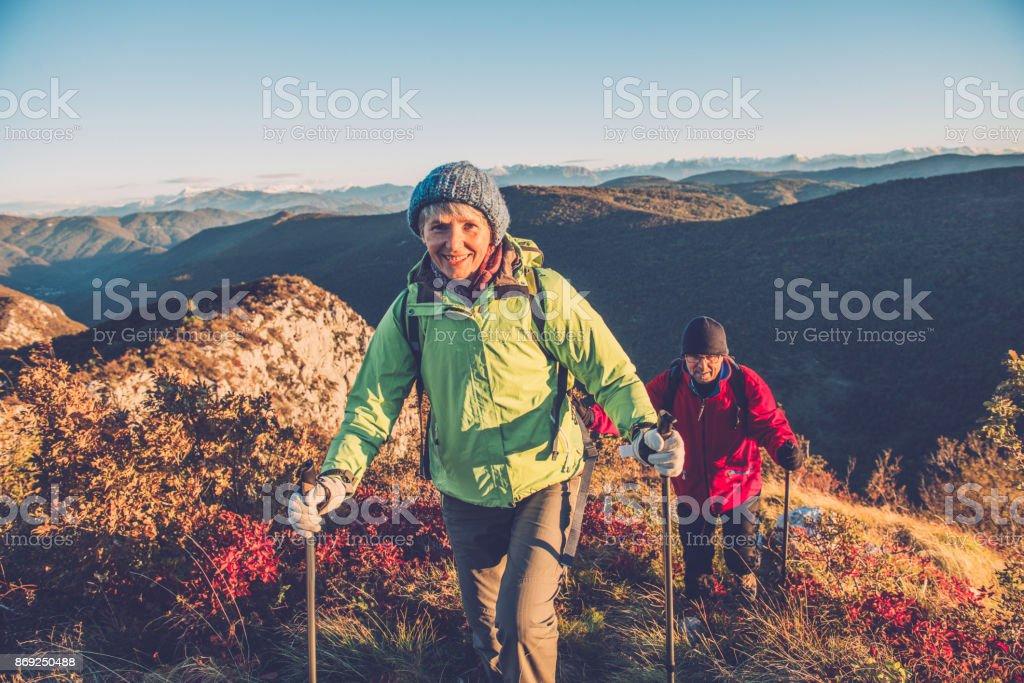 Casal sênior caminhadas ao amanhecer outonal no sul do Alpes Julianos, Europa - foto de acervo