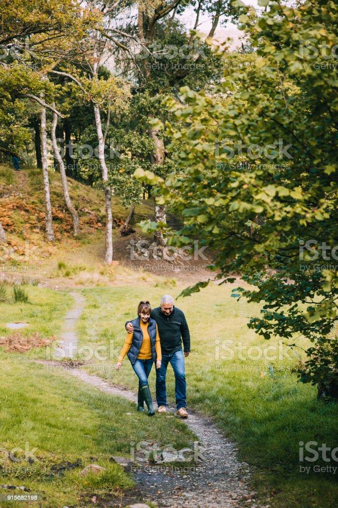 Caminhadas de casal sênior em Lake District - foto de acervo