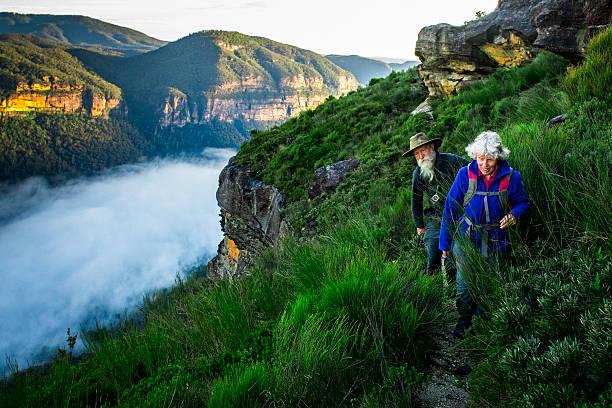 Altes Paar Wandern im australischen Hinterland. – Foto