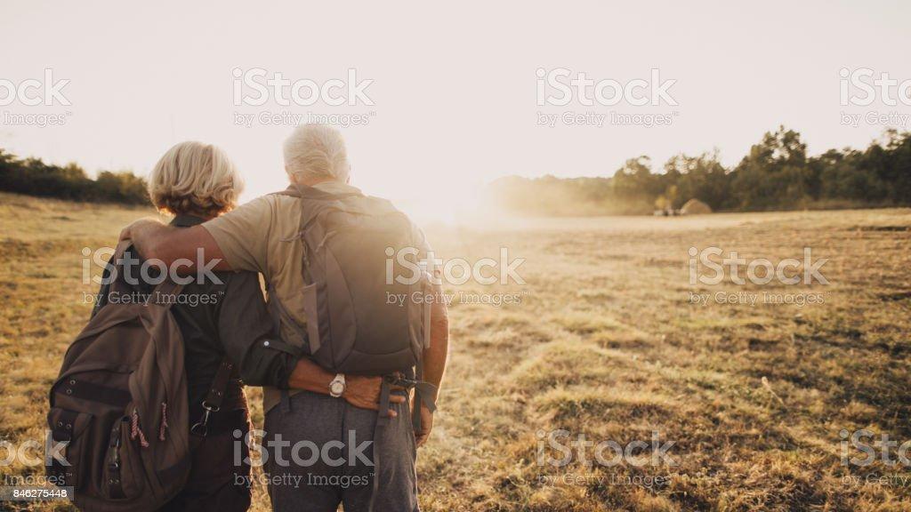 Sênior Casal caminhando - foto de acervo
