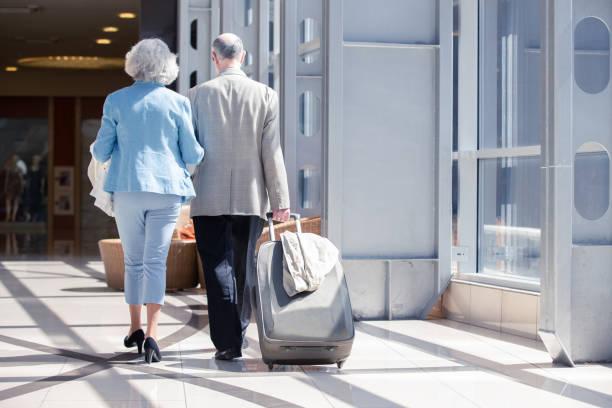 Couples aînés dans l'aéroport - Photo