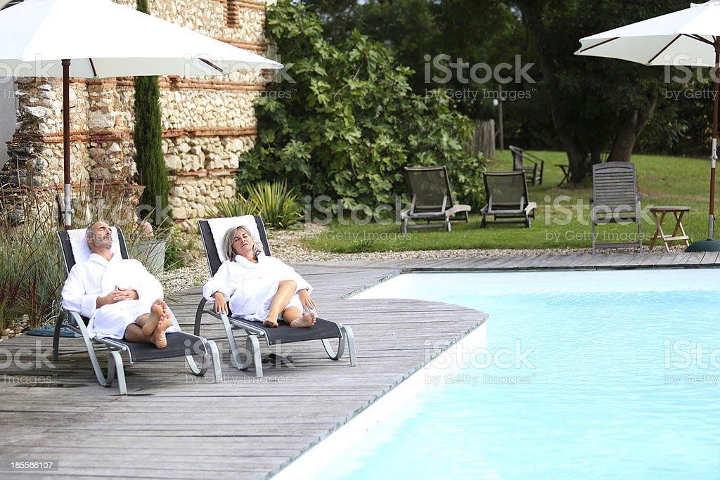 年配のカップルでお楽しみいただける祝日のバスローブ ストックフォト