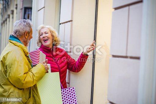 817549606 istock photo Senior couple in Christmas shopping 1184888547