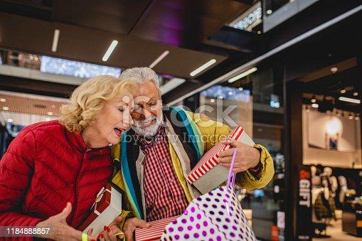 817549606 istock photo Senior couple in Christmas shopping 1184888857
