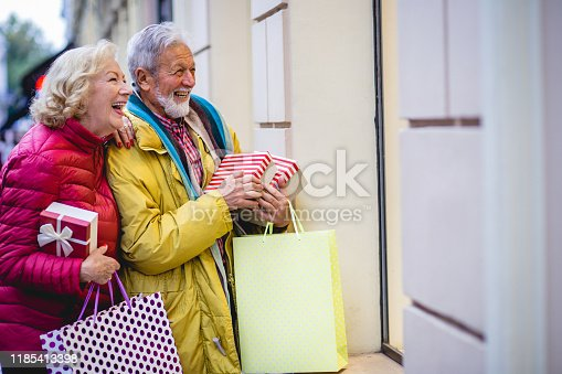 817549606 istock photo Senior couple in Christmas shopping 1185413398