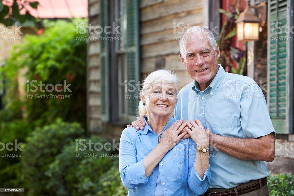 Altes Paar vor Haus – Foto