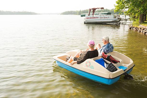 Pareja Senior en paddleboat en Minnesota lago - foto de stock