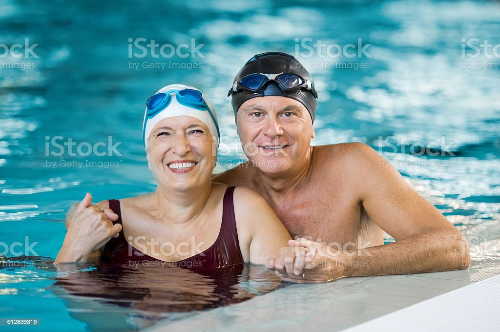 Senior couple in pool – Foto