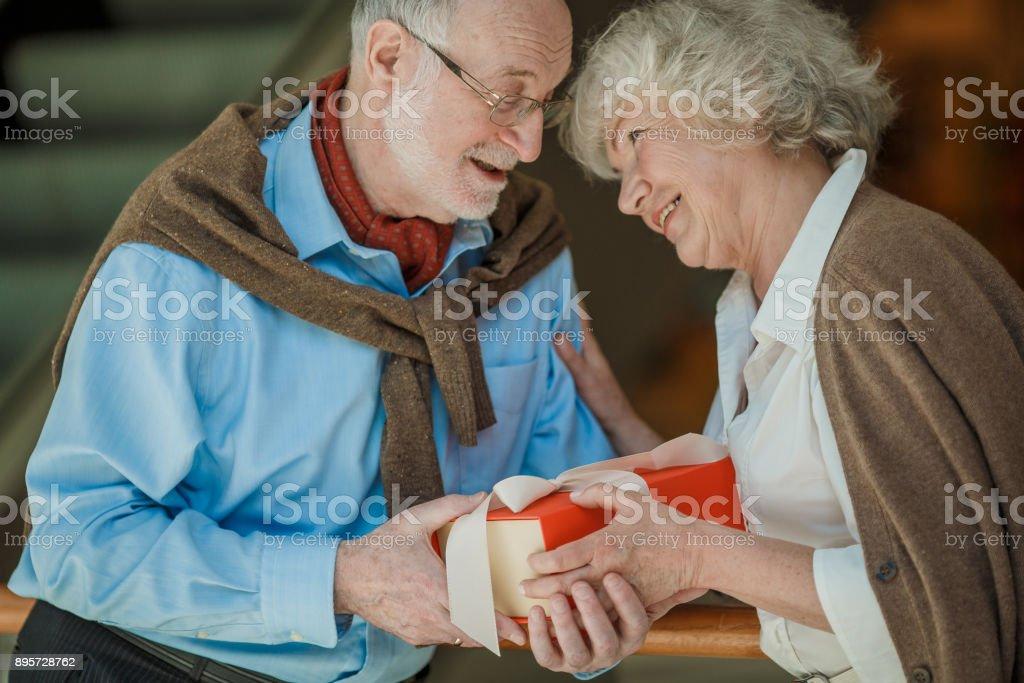 Älteres Paar im Einkaufszentrum – Foto