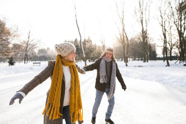 äldre par i soliga vintern natur skridskoåkning. - middle aged man dating bildbanksfoton och bilder