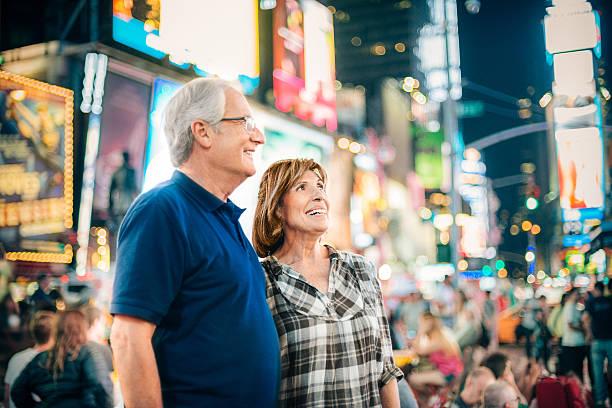 altes paar am times square new york - sightseeing in new york stock-fotos und bilder