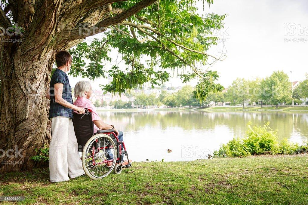 Senior couple in wheelchair - foto de stock