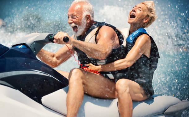 esqui aquático do casal sênior. - esporte aquático - fotografias e filmes do acervo