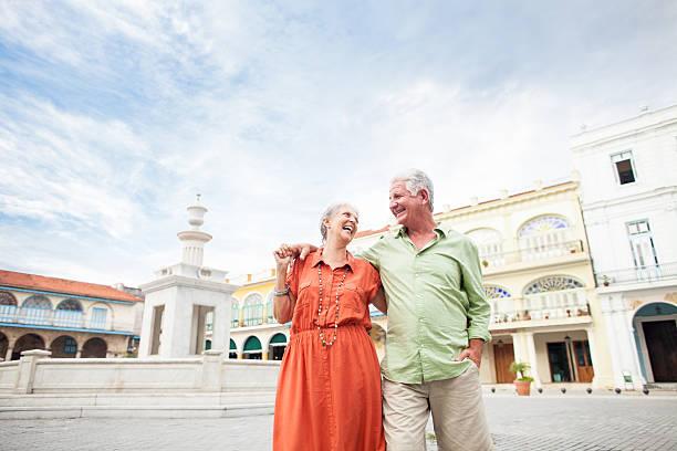 altes paar lachen und zu fuß von der town square - urlaub in kuba stock-fotos und bilder