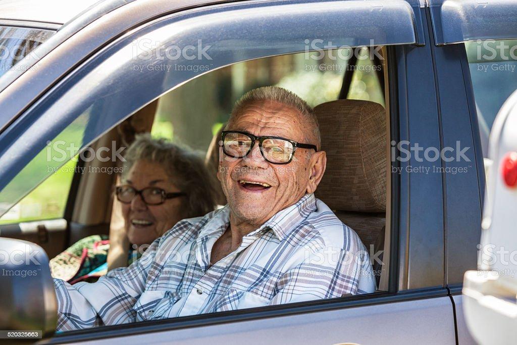 Altes Paar Lachen im Auto – Foto