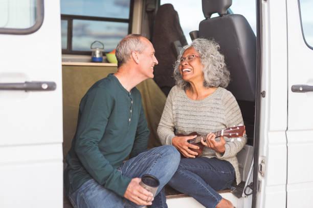 senior paar lebt auf der straße! - ukulele songs stock-fotos und bilder