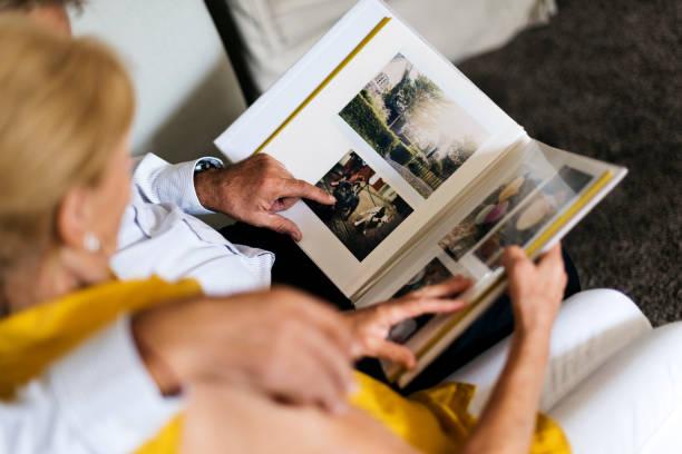 senior paar look fotoalbum - senior fotoboek stockfoto's en -beelden