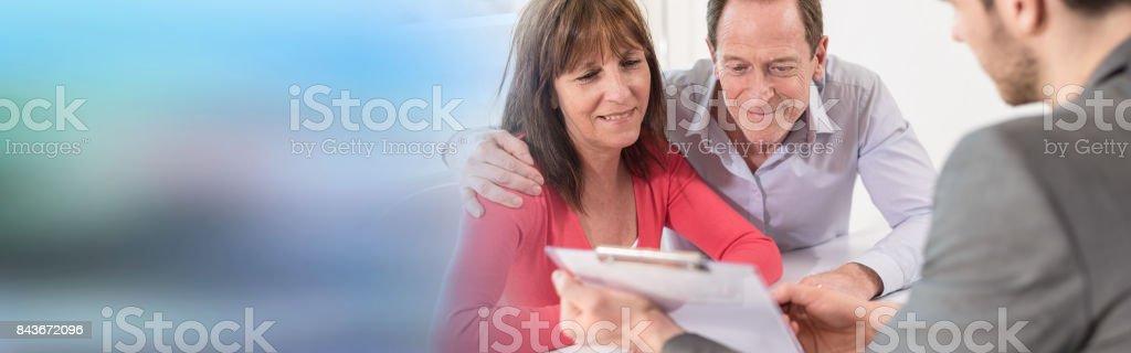 Realtor séance couple de personnes âgées pour l'investissement - Photo
