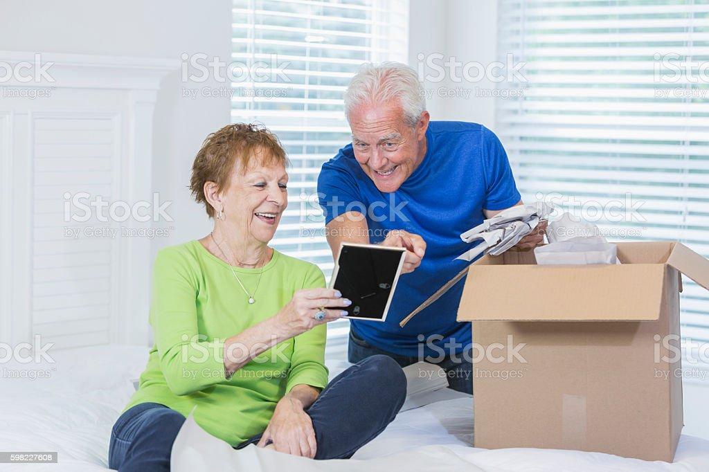 Casal sênior, movimentando casa, caixas de embalagem foto royalty-free