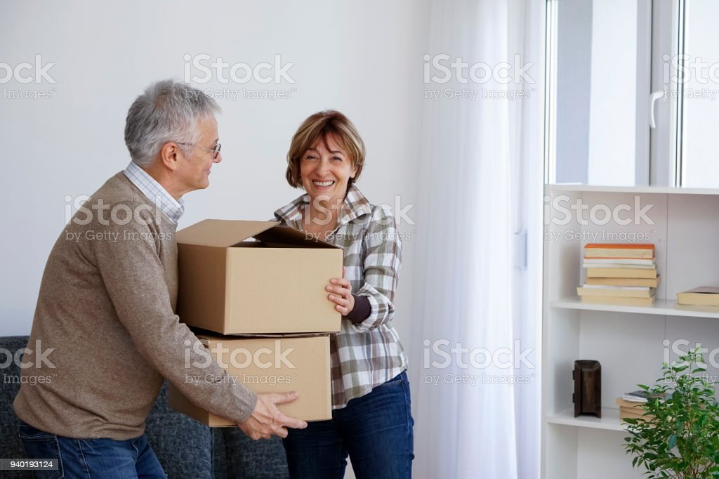 Älteres paar Umzug in eine neue Wohnung – Foto
