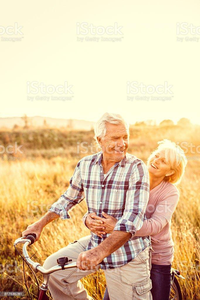 Pareja Senior con una bicicleta - foto de stock