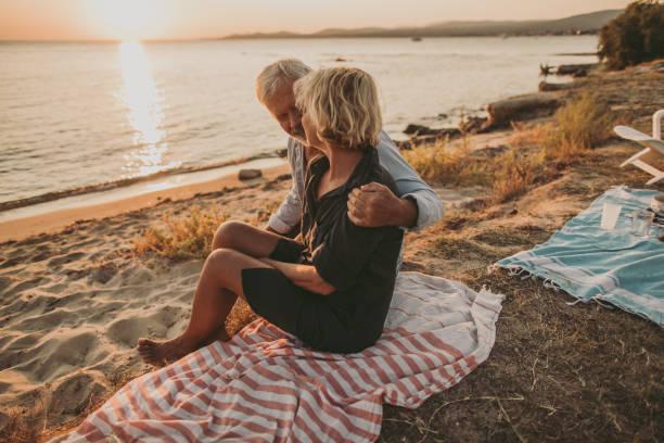 älteres paar auf ein picknick-date - griechische partyspeisen stock-fotos und bilder