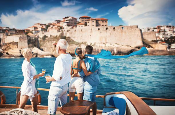 Seniorenpaar auf einer Segelkreuzfahrt mit Blick auf die Küste. – Foto