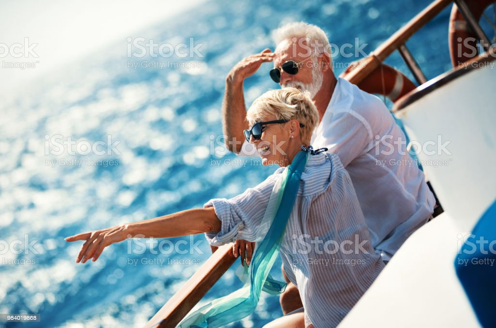 Älteres Paar auf einem Segelboot Kreuzfahrt. – Foto