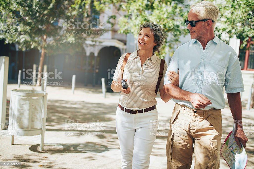 Sênior casal em uma viagem de férias - foto de acervo