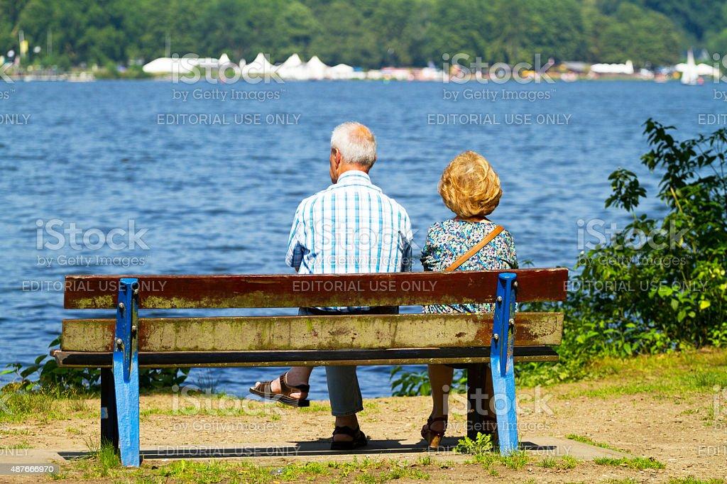 Altes Paar auf Bank am lake Baldeneysee – Foto
