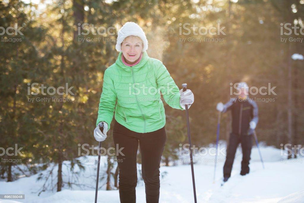 Älteres Paar auf Langlauf sport Training. – Foto