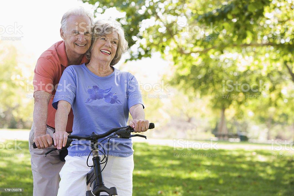 Pareja Senior en ciclo paseo en - foto de stock